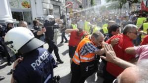 Tumulte_bei_Demo_waehrend_Erdogan-Rede_in_Wien-Euphorie_und_Kritik-Story-408770_470x266px_db1dd4ee42ccbb226cfad065b8c0807a__anhang_14__jpg_1174543_470