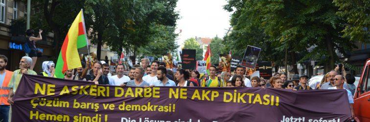 Berlin'de Biraraya Gelen Kitle: Faşizme Karşı Omuz Omuza!