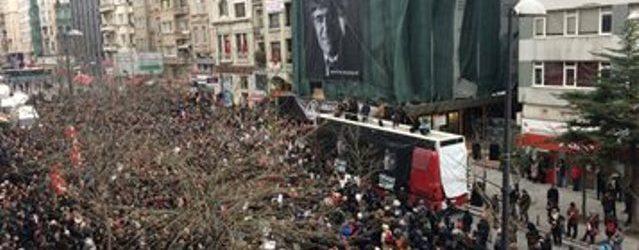 Binler Hrant Dink için Agos önünde bir araya geldi